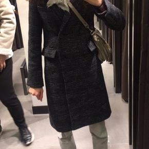 Smuk frakke fra Zara sælges! Der er enkelte tråde der stikker ud, men ellers er den i rigtig fin stand😊
