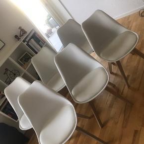 6 stk. Jerry stole i hvid/egetræ  Sælges pga. flytning   Nypris er 899,- pr. Stol! Samlet 5394,-  Stolene sælges billigt, da de har flere forbrugstegn (se billeder). Nogle kan muligvis udbedres med en kærlig hånd   2 af stolene er ikke komplet identiske. Dette skyldes, at de er købt halvandet års tid senere end de øvrige 4, og producenten har ændret designet ift. samlingen af stolene. Derved intet man ser til daglig.   Nogle af stolene er stabiliseret med beslag - se billede  Skal afhentes i Aalborg. Stolene kan skilles af, så det fylder mindre 😊🌸
