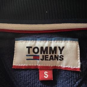 Fin sweatshirt i Tommy jeans sælges da min søn er vokset fra den. Den hvide farve er ikke så hvid som fra ny men ellers fejler trøjen intet.