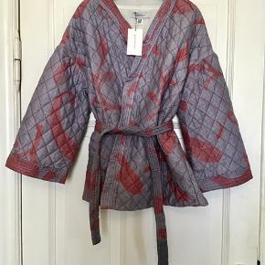 Fin silke jakke fra Ellies and Ivy. En str. M/L . Aldrig brugt og stadig med tags.  Søgeord: quilted kviltet jakke jacket lilla ellis&ivy ellies & ivy medium large m L mønstret blazer sommerjakke kimono kimonojakke