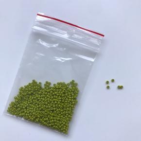 Seed beads, 10 gram. Se også mine andre annoncer med perler. Fire poser for 100kr.