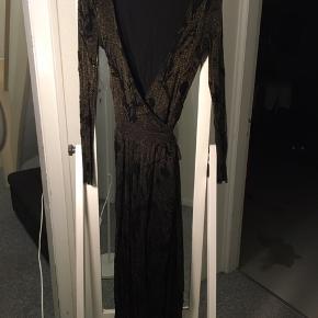 Slå-om kjole i sort med glimmer fra envii. Lange ærmer i gennemsigtig blonde.  Brugt 2 gange  250kr