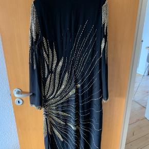Super special selected femme kjole med et hav af perler.  Kjolen er brugt en gang i knap 6 timer  Sælges på ingen måde under 1000kr  Super fin og total udsolgt kjole lavet i begrænset parti nypris i december var 1800kr
