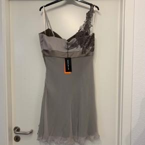 Virkelig speciel og anderledes kjole fra Karen Millen med fantastiske detaljer; herunder asymmetriske blonder og blonde slids👌 kjolen skærer under brystet i et bredt bånd og har blonde detaljer integreret over hele kjolen. Kjolen er helt ny med prisskilt på og er i perfekt stand bortset fra nogle ujævnheder ved lynlåsen, da lynlåsen satte sig fast i stoffet, da jeg skulle tage billeder af kjolen🙈 det er dog ikke noget man lægger mærke til, men vil alligevel sige det og prisen på kjolen er justeret derefter. Men en fantastisk kjole med de fedeste smukkeste detaljer🤩 hvem skal være den heldige✌️