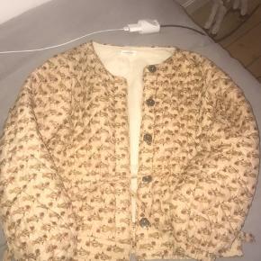 Virkelig fin jakke brugt omkring 10 - 15 gange I enden af jakken er der en lille smule tegn på slid som jeg kan sende billeder af ellers i meget meget god stand  Str s/m
