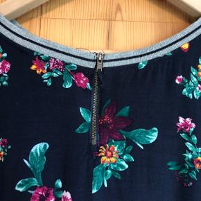 Bluse med 3/4 ærmer med elastisk ribkant.  Elastik i bunden og lynlås i nakken.   Størrelse XXL svarende til 46.   BM: 130 cm L: 68 cm  Sender gerne med DAO🌸
