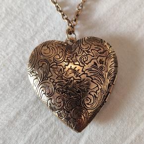 Medaljon halskæde. Vedhænget er et hjerte, som kan åbne.  Kan afhentes i Roskilde, tages med til Odense eller sendes.