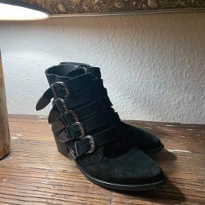 Fine pavement støvler.  De er gode men brugt, hvilket også ses under bunden, men intet synligt når de er på.   Er åben for bud. Send pb for flere billeder😊
