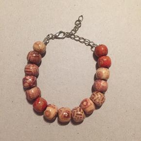 Håndlavet armbånd med unikke træ-perler.