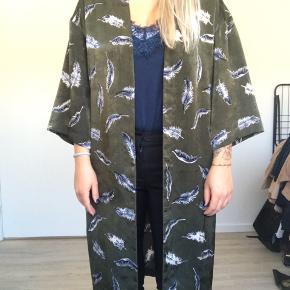 Sælger den smukkeste kimono fra Dahrling, købt i message 🌸