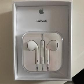 Sælger et par ubrugte Apple EarPods med aux/jackstik. Kan sendes på købers regning. Eller afhentes i Odense.