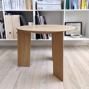 Smukkeste 'Elephant' sofabord i egetræ fra HAY. Stort set umuligt at opstøve, da det er udgået af produktion. I fejlfri stand bortset fra et lille mærke fra en urtepotte på overfladen, som kan slibes væk hvis man vil.   Højde: 38 cm Diameter: 50 cm