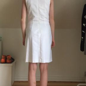 Sælger denne skønne Tommy Hilfiger kjole i str 6, svarende til en 38. Har aldrig været brugt, kun prøvet på. Købt i foråret i Huset Picco i Aalborg. Nypris: 840kr.