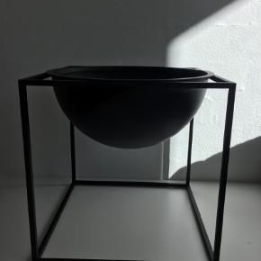 Varetype: Skål Størrelse: Stor Farve: Sort Oprindelig købspris: 1800 kr.  Stor Bowl i sort