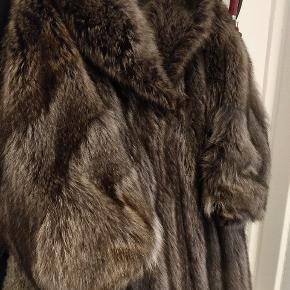 Jeg sælger min smukke vintage ræve pelsfrakke, fra Jul. Petersen. Esbjerg.   Den passer en str. 42.  Info:  Fælder ikke Flot stand Forret er intakt og fejlfrit Skinnende og flot Falder i flotte linjer God kvalitet Vintage Blød, og ikke stiv i hårene  Ingen slid   Den sidder virkelig flot og så er den utrolig dejlig varm.   Sælges for 1500 kr. (først sat til 2500 kr.)   Kan prøves på i Valby, hvor den også skal afhentes. Jeg har ingen kasser, hvori den kan sendes i, desværre.   Jeg sender gerne flere fotos. Den er meget flottere irl.