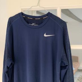 Nike Running Dri Fit langærmet løbetrøje/t-shirt til mænd. Str. L.  Nypris - 600 kr.   Kun brugt en enkelt gang - og fremstår som ny!
