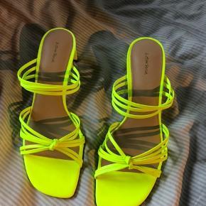 Læder sandal med en lille hæl, aldrig brugt  Køber betaler fragt