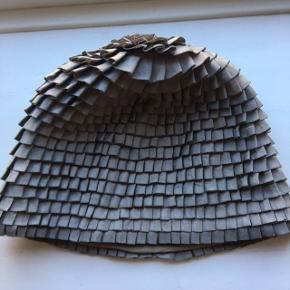 Quirky Show piece hat fra baum und pferdgarten. - hattene blev solgt i en lavere version - denne version blev lavet specielt til showet - og der blev kun lavet 2 i hver farve. - så denne hat kunne meget vel være den på billedet. et rigtigt samlerobjekt til en ægte Baum fan One size