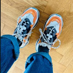 Super lækre sneakers - ikke brugt meget. Modellen er 'født' med slid på læder og øvrigt.