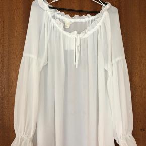 Off-shoulder bluse  Billedet bærer præg af pletter på blusen, dette er dog vanddamp fra en steamer :)