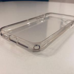 Transparent cover til iPhone X. Coveret har en 'bumper' kant som beskytter telefonen rigtig godt. Jeg har kun brugt coveret et par uger, og coveret er derfor i en meget fin stand.
