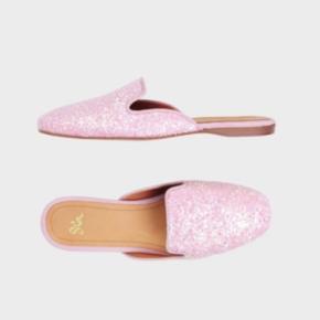 Overvejer at sælge disse fantastisk smukke Stine Goya sko! ✨  Det er uden tvivl det fineste glitter og bare en super skøn og elegant model 🤍 Jeg overvejer at sælge dem da jeg desværre ikke får dem brugt, og syntes at det er mega ærgerligt at de bare står og da jeg godt kunne bruge nogle penge et andet sted 💞 Nypris er 1400 kr.  Kom med jeres bud 😚💫