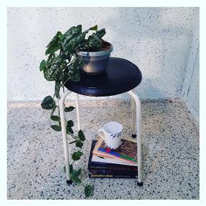 Charmerende retro køkkentaburet, sort sæde med hvide ben, 135kr. 🔳🔲