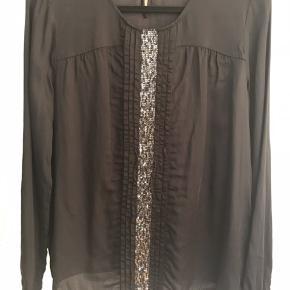 Så fin silkeskjorte med pailletter i en stribe ned foran. Brugt 1 gang, som ny. 100 pp