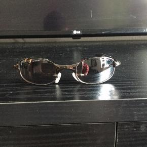 """Super fede 90'er. vintage Oakley solbriller, sælges..    Sælger de her mega fede 90'er vintage Oakley solbriller, i aluminium, med gråligt glas..    De kommer fra en gammel nedlagt sportsbutik der har haft dem gemt væk på dit lager, i ca 15-18 år..    De er """"NOS"""" hvilket vil sige : New old stock / Ny gammel lagervarer, og derfor i 110% ny stand!    Sælges incl original Dustbag..    Få nogle super fede og yderst moderne solbriller til sommeren, de færreste har (endnu...)    Ift til hvad nypriserne på lign Oakley solbriller ligger på i snit på nettet, tænker jeg at min mp på 600.kr, er mere end fair! - De er sat ca 50% under dagens markedspris, for lign briller..    Skulle der være rift om dem, ryger de til højestbydende, og ydermere sælges de også på tradono, og G&G.. De skal nok ryge hurtigt, så slå til, imens  tid er..     SE OGSÅ ALLE MINE ANDRE ANNONCER.. :D"""
