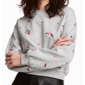 Utrolig sød sweater med blomster på🌸 Ryggen er hel grå, uden nogen blomster.  HELT NY! Aldrig brugt! NP: 179kr.-