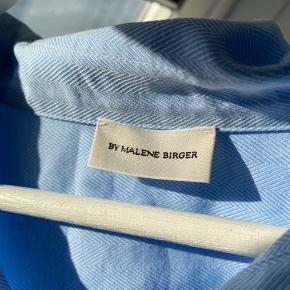 Smuk skjorte fra By Malene Birger. Brugt 2-3 gange og vasket efter henvisningerne på vaskemærket.  Skal stryges 😋  Byd endelig 🌼
