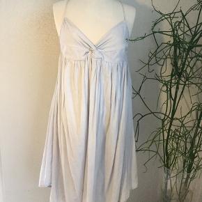 Fin sommer kjole med bindebånd og masser af vidde. Sart lyseblå farve.