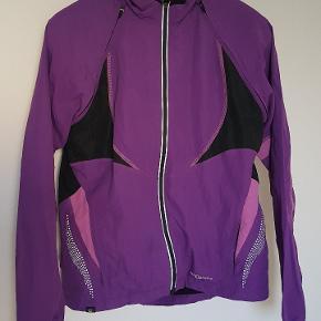 Ærmerne kan tages af og jakken kan bruges som en vest. Brugt meget lidt og lugter derfor ikke.