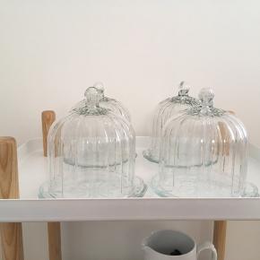 4 stk glasklokker fra Lisbeth Dahl.  Som nye.  Højde ca 15 cm. Dia på klokken 13 cm. Tallerknen er 16 cm i dia.  Samlet 200 kr.