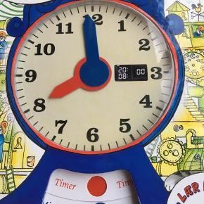 Sælger denne bog: Kasper og klokken. Handler om at lære klokken. Kasper undre sig over hvordan tiden både kan flyve og snegle sig afsted på samme tid. Kasper får hjælp af bornholmeruret til at forstå sekunder, minutter, kvarterer, halve og hele timer. Er som ny, kommer fra et ikke ryger hjem. Kan afhentes i 2990 Nivå eller sendes mod betaling