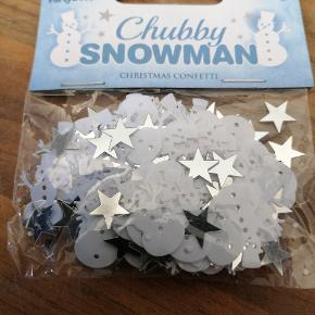 Bordpyndt konfetti, hvide snemænd og sølv stjerner. 7 g i hver pose. 5 kr pr pose, 3 for 10 kr. Har 9 poser ialt. Sender plus porto