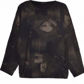 Smart lækkert bluse ( lidt oversize ) Sort med army farvet print   Str l ( 50-52 )   Ny pris 600 kr