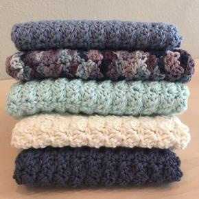 Hjemmehæklede karklude i forskellige farver og med lidt variation i størrelsen. Alle hæklet i økologisk bomuldsgarn (100%) i mønstret wattle stitch🧶 BYD gerne - eller bestil i ønskede farver og størrelser. Skriv for spørgsmål😌  💌 Kan sendes på købers regning   Følg gerne med på Instagram ➡️ @skaberfryd ✨✨
