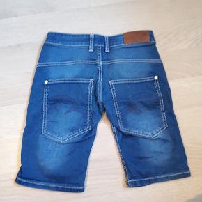 Pæne shorts. Kun brugt et par gange. Str. M. Svarer til str. 152. Se også andre shorts.