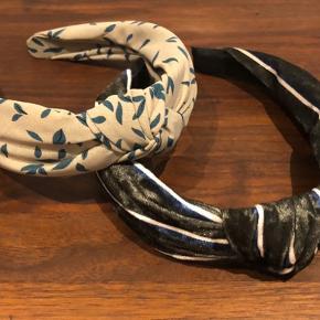 Smarte hårbøjler fra Hvisk  Grøn velour ned striber i navy/råhvid eller beige med grønne blade - begge med knude på toppen  Sælges for kr 25 pr styk