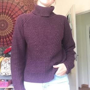 Lækker strikket rullekrave sweater fra Jacqueline de Yong i fin bourdeux / lilla farve i str xs Brugt, hvilket ses på billederne, at der er funkler på den, men stadig lækker og ikke noget man bemærker meget når den bæres. Byd endelig!😁