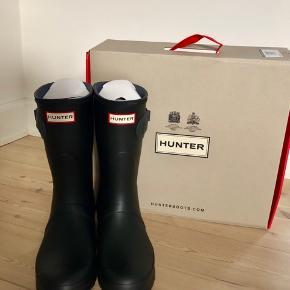 Helt nye, ubrugte Womens Hunter short gummistøvler str. 40/41 UK 7.  Kun prøvet på!  Støvlen er mat sort med en mørkegrå hæl og lille juster strop. Kommer med alt indpakning og æske!