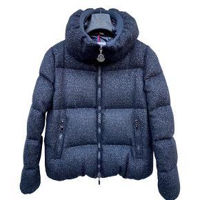 Helt ny smuk Moncler jakke. Aldrig brugt, da den desværre er blevet for lille. Det er en str. 3  Mindstepris: 5900pp