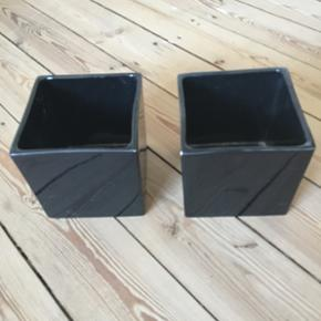 Sorte keramikbeholdere 13.5x13,5 Pris for begge 50 kr.  ❌BYTTER IKKE. 💵Betaling gennem Mobilepay 🛍Afhentes på Nørrebro i weekend og aftentimerne