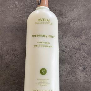 Aveda Rosemary Mint Conditioner, som kan bruges både til fint og normalt hår. Giver følelsen af friskhed i hovedbunden og body til håret. Indeholder 1000 ml. og er aldrig brugt - har stadig plombering på. Nypris for 250 ml. er 250,- i Magasin, dog i den nye emballage.
