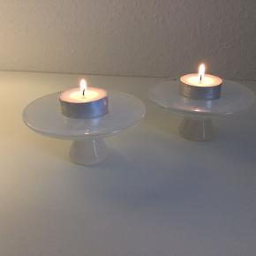 Små fyrfadsstager fra Bornholms ukronede glaskunstner-dronning, Pernille Bülow. De er mælkehvide, håndlavede, og 4,5 cm høje og 10 cm i diameter. Standen er fuldstændig som ny: ingen afslag eller brugsspor af nogen art.  Nypris 150 kr. pr. stk.  Sælger både samlet og hver for sig - prisen er pr. stk.  Sender gerne.