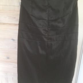 Mærke: Gestuz Style: G-MARC-SK Model dessin: 5527-00-4072 Størrelse: 34 Farve: sort Materiale: 42% bomuld, 55% nylon og 3% elastan Nederdelen: længden 65 cm lang og hoftemål 90 cm. Stoffet er let skinnende. Har lynlås bagpå og lommer foran. En flot klassisk nederdel Stand: Brugt få gange  Sælges kr 145 #30dayssellout Bytter ikke Sætter pris på tilfredse købere