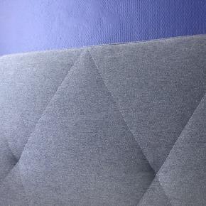 Blå Sengeramme / sengestel fra Biva sælges , obs; første billede er hentet fra hjemmesiden og viser modellen i grå , da den blå version ikke fåes længere. Fejler intet , sælges på grund af flytning ,  180 x 200 cm ,  Kom med et bud :-)