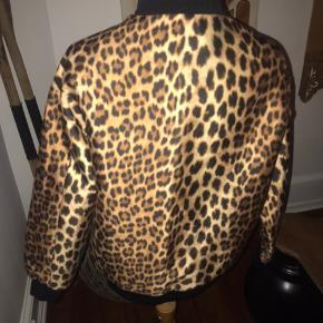 Just Female jakke i leopard med lynlås.  Brugt få gange   Str xs men en small kan også passe den
