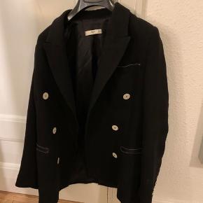 Sælger denne super fine blazer fra Mango med fine detaljer, den er i super fin stand. Kan passes af en xs/s